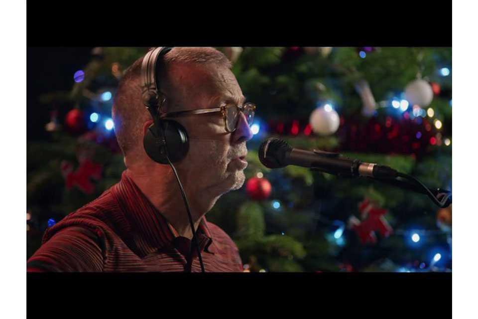 エリック・クラプトンが「ホワイト・クリスマス」のパフォーマンス・ビデオを公開