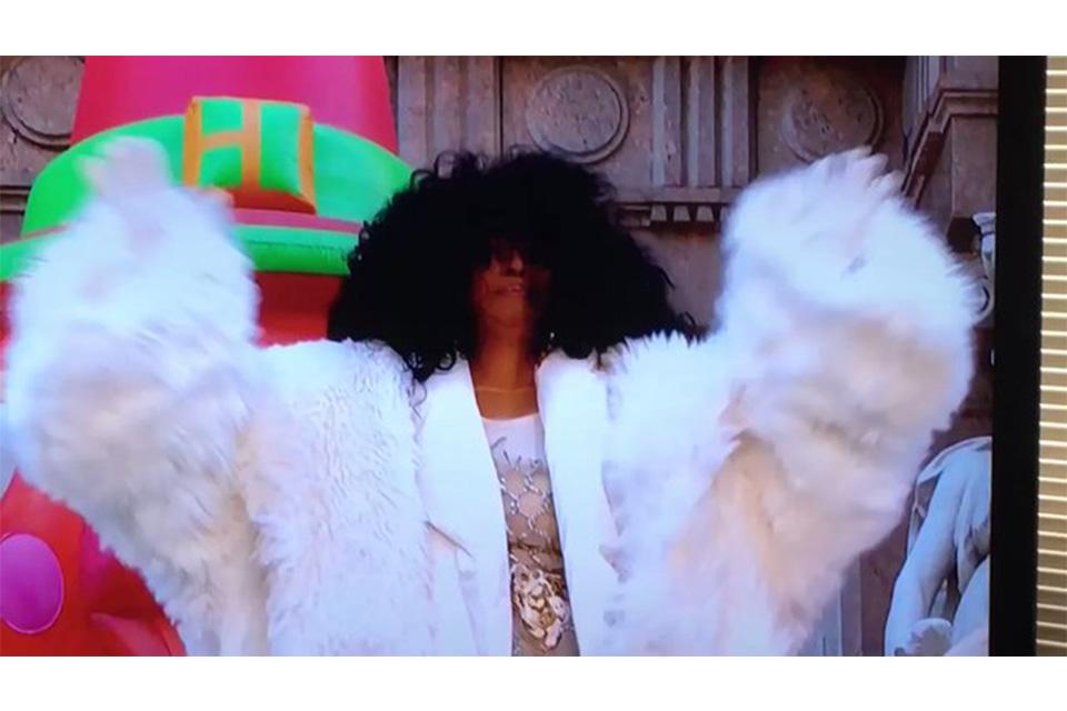 ダイアナ・ロスが極寒のマンハッタンで感謝祭のパレードに登場
