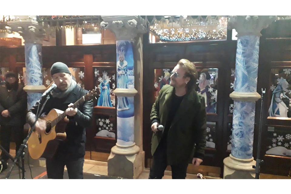 U2のボノとエッジがダブリンの路上チャリティ・ライヴに参加