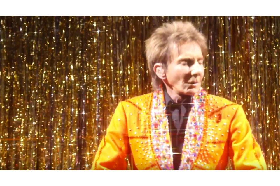 バリー・マニロウがファッション・ショーで「コパカバーナ」を披露