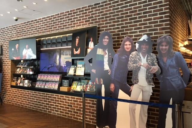 『ボヘミアン・ラプソディ』発売記念! TSUTAYA TOKYO ROPPONGIにて直筆サイン等を展示したクイーン・コーナーを展開中