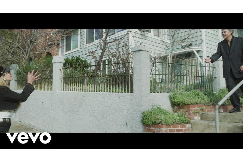 クリス・ロビンソンが新曲「Chauffeur's Daughter」のミュージック・ビデオを公開