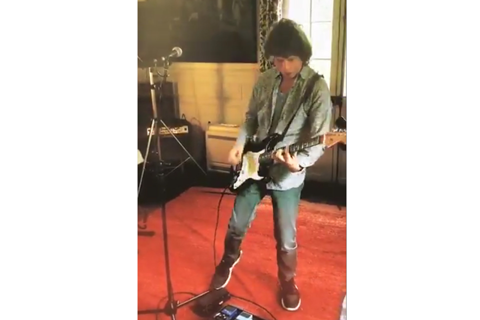 ミック・ジャガーが新曲を演奏するビデオを公開