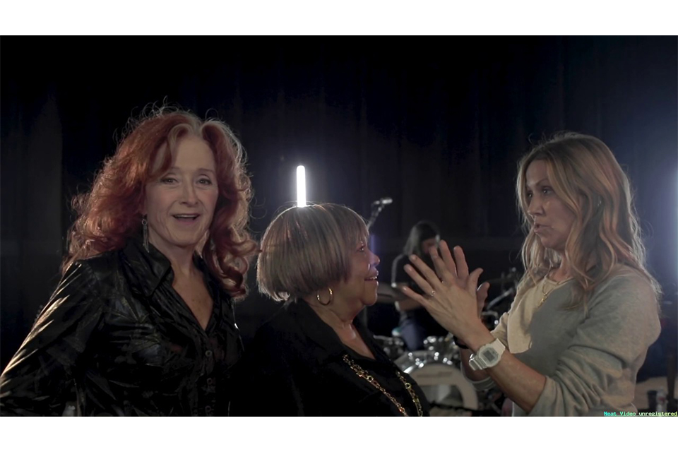 シェリル・クロウがボニー・レイットとメイヴィス・ステイプルズをフィーチャーした新曲「Live Wire」のリハーサル・ビデオを公開