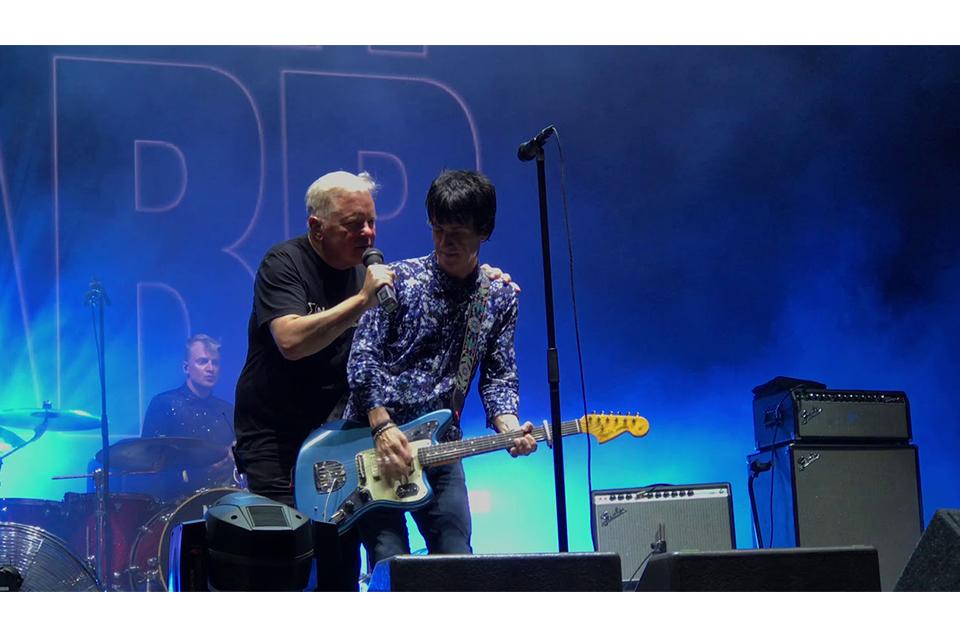 ジョニー・マーのステージにバーナード・サムナーがゲスト参加、エレクトロニックの楽曲を披露