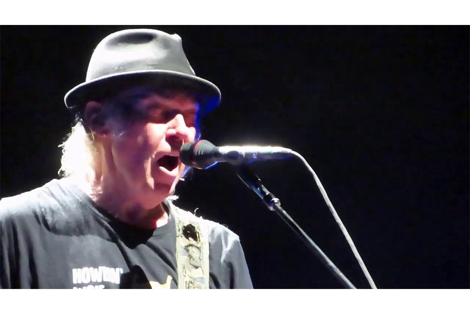 ニール・ヤングが16年ぶりに「On The Beach」をライヴ演奏