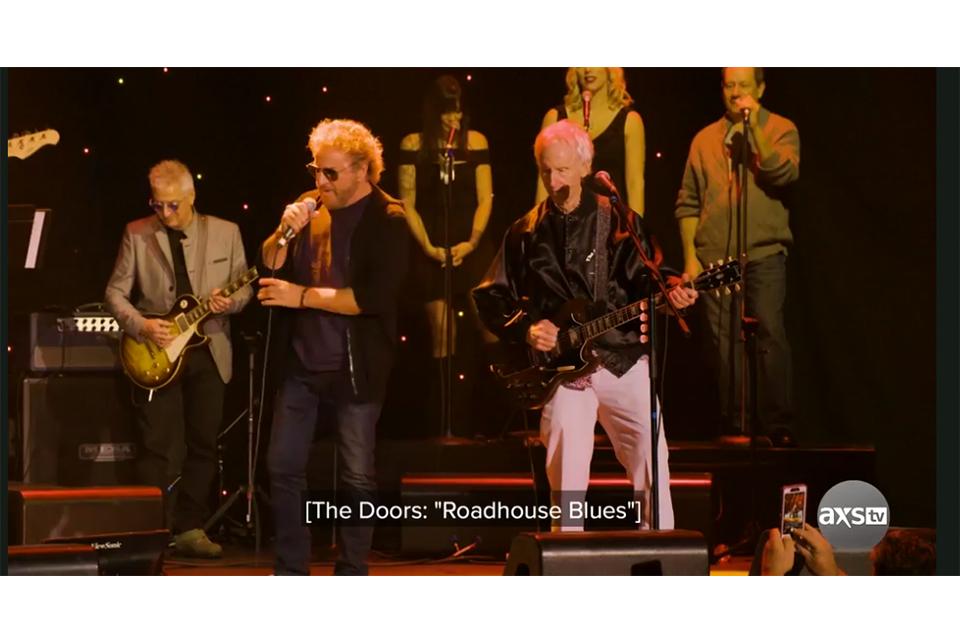 サミー・ヘイガーとロビー・クリーガーがチャリティ・コンサートで「Roadhouse Blues」を披露