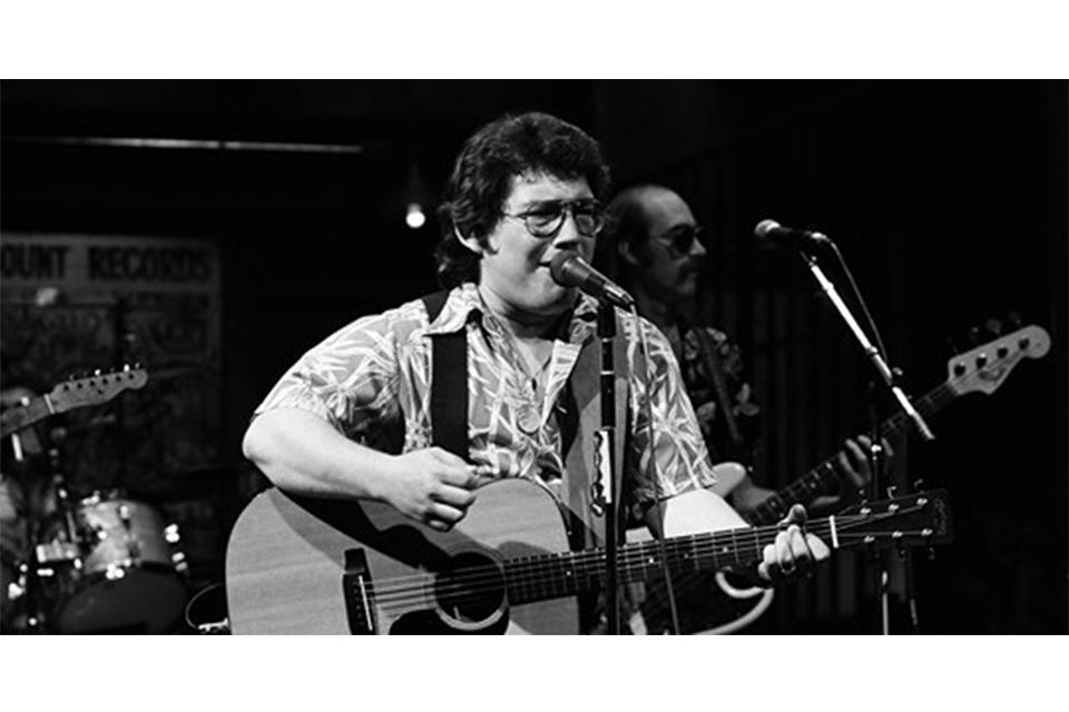 アメージング・リズム・エイセズのシンガー、ラッセル・スミスが70歳で死去