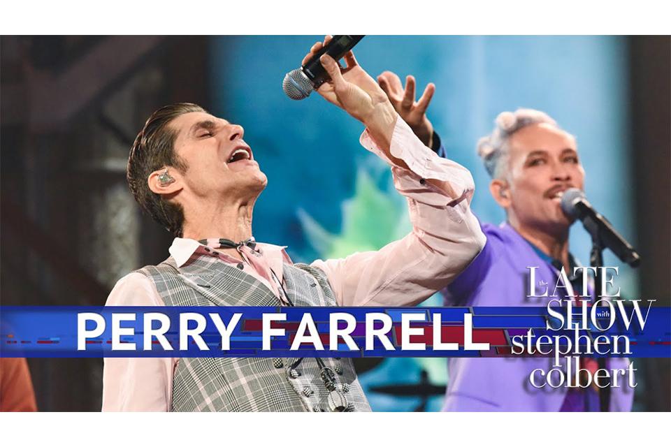 ペリー・ファレルが米テレビ番組で新曲のライヴ・パフォーマンスを披露