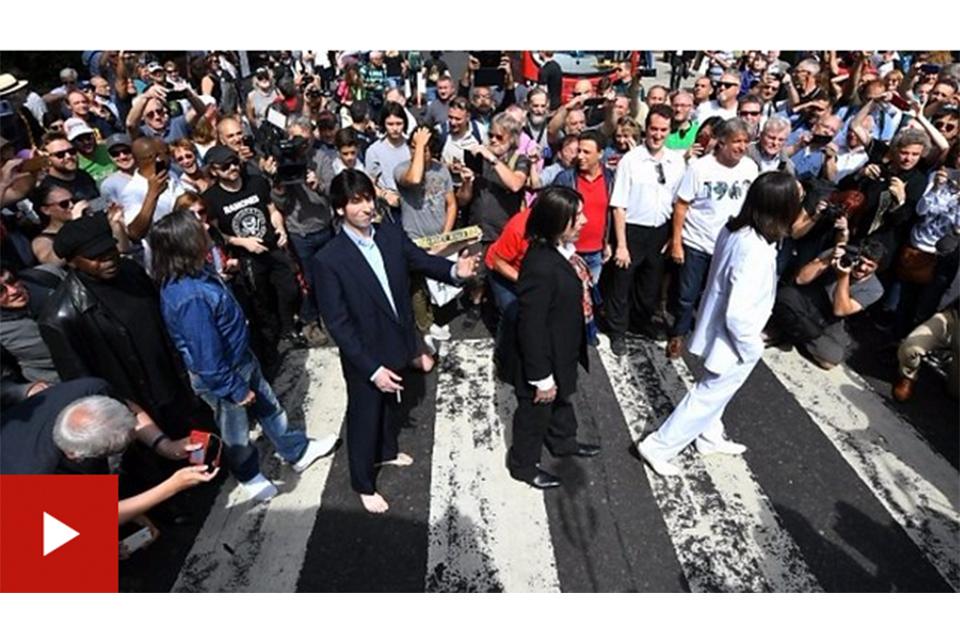 ビートルズのアルバム『アビイ・ロード』、ジャケット写真の撮影50周年記念日にファンが横断歩道に集まる