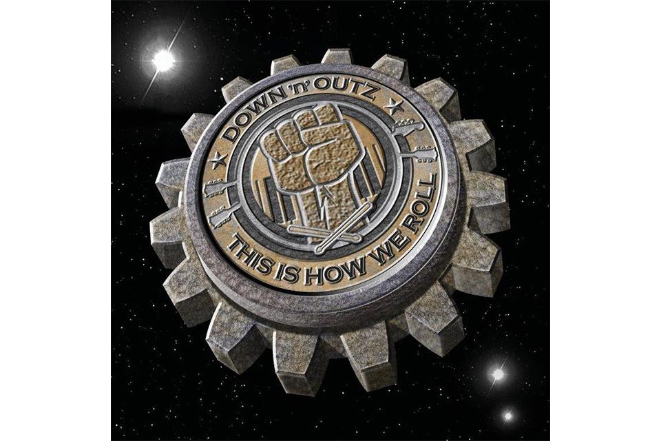 デフ・レパードのジョー・エリオットによるソロ・プロジェクト〈ダウン・アンド・アウツ〉の最新アルバム発売決定!
