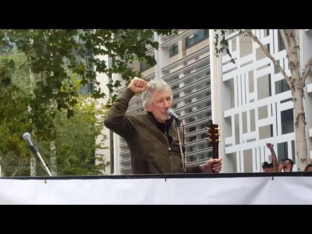 ロジャー・ウォーターズがジュリアン・アサンジの釈放を訴える集会でライヴ演奏