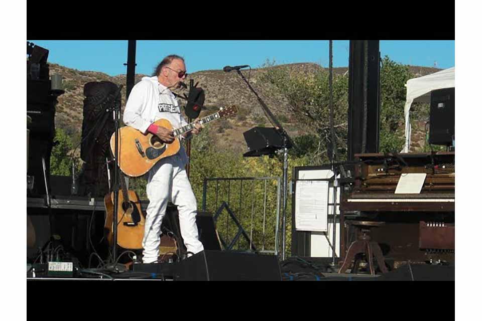 ニール・ヤングの「ハーヴェスト・ムーン・チャリティ・コンサート」映像公開