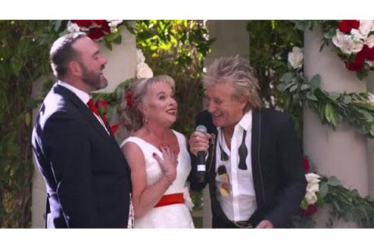 ラスヴェガス公演中のロッド・スチュワート、イギリス人カップルの結婚式にサプライズで登場