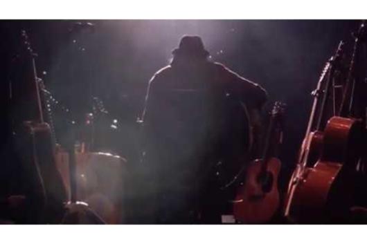 ニール・ヤングのドキュメンタリー『Mountaintop』から、新曲「Truth Kills」のレコーディング映像公開