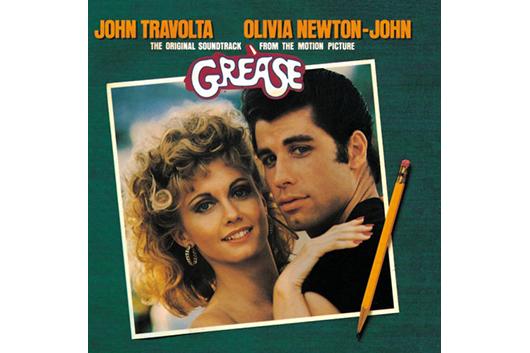 オリヴィア・ニュートン=ジョンとジョン・トラボルタが、映画『グリース』のシング・アロング・コンサートに出演