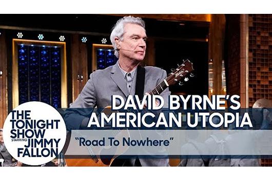 デヴィッド・バーン、米テレビ番組でミュージカル版「Road to Nowhere」を披露