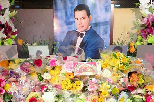 11月24日フレディ・マーキュリーの命日、ミュージック・ライフ・クラブ主催の追悼献花式に650人が来場