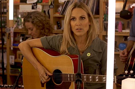 シェリル・クロウ、米ラジオ番組「Tiny Desk Concert」でのパフォーマンス映像公開
