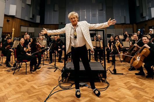 ロッド・スチュワート、ソロ50年のキャリアで初の全米クラシック・アルバム・チャート1位を記録!
