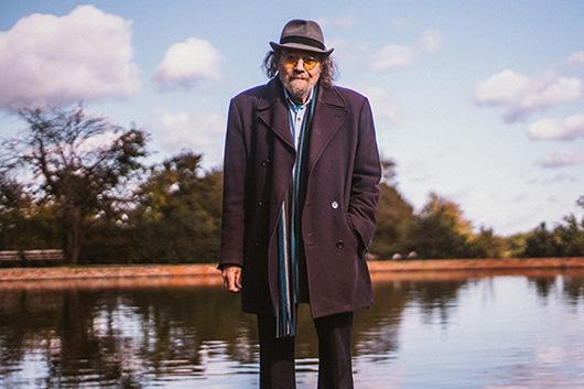 英国の超寡作シンガー/ピアニスト、ビル・フェイ、50年目で5作目の新作から3曲の映像を公開