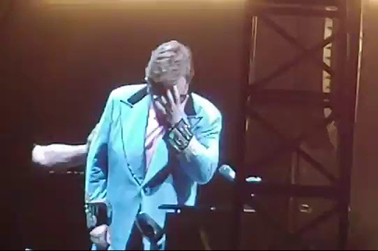 エルトン・ジョン、マイコプラズマ肺炎のためオークランド公演を途中退場
