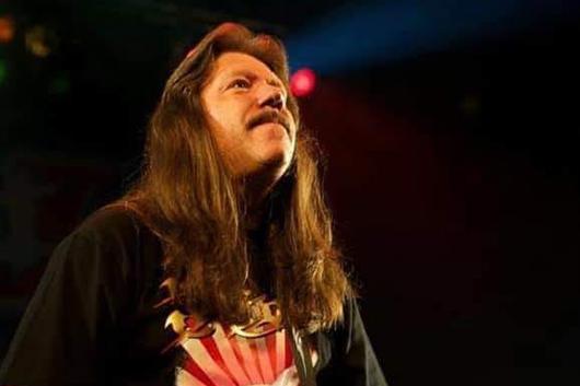 """ライオットのオリジナル・ギタリスト、ルー """"L.A."""" クヴァリスが66歳で死去"""