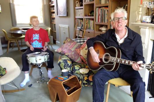 ミュージシャンの自宅演奏を配信する「In My Room」シリーズ、ニック・ロウの映像公開
