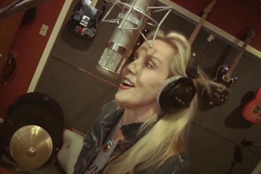 元ランナウェイズのシェリー・カーリー、ガンズのメンバーらが参加したソロ・アルバムの新たな舞台裏映像公開
