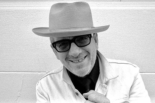 エルヴィス・コステロ、今年2月にヘルシンキで録音した新曲「No Flag」をデジタル・リリース、MVも解禁