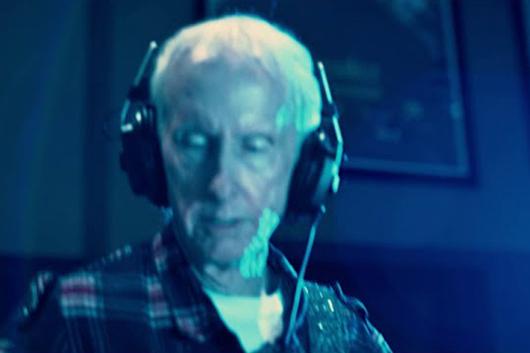 ドアーズのロビー・クリーガー、ソロ・アルバムから「The Hitch」のパフォーマンス映像公開