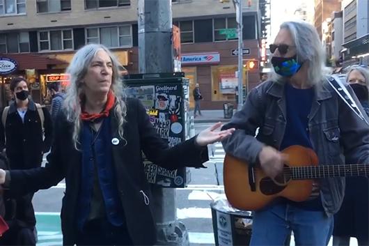 パティ・スミス、ニューヨークの街角で「People Have the Power」を披露