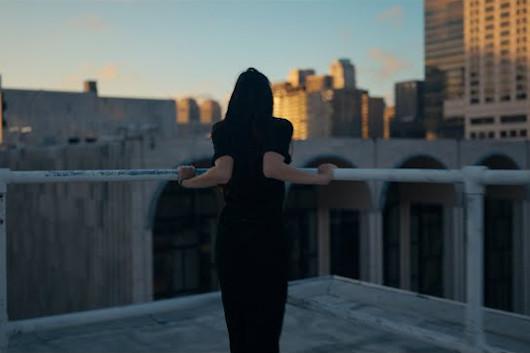マンドリンの名手クリス・シーリーの「Thank You, New York」、ニューヨーク・シティ・バレエ団に取り上げられたその2020年ヴァージョンを公開
