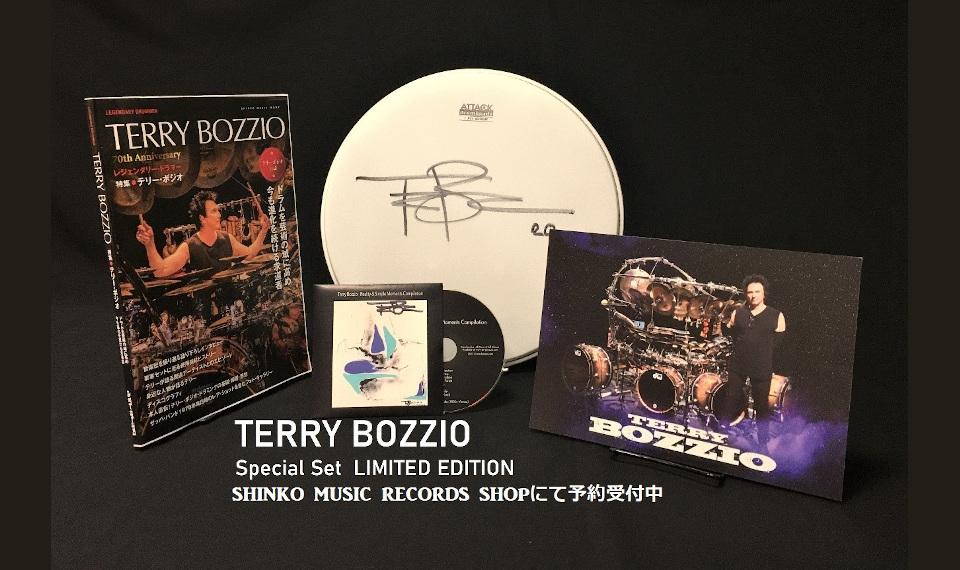 """テリー・ボジオ公式本の発売を記念して、ドラム・ヘッド、CD、ポートレート、本を組み合わせたスペシャル・セット """"LIMITED EDITION"""" が30部限定発売。本人からのメッセージ動画も到着!"""