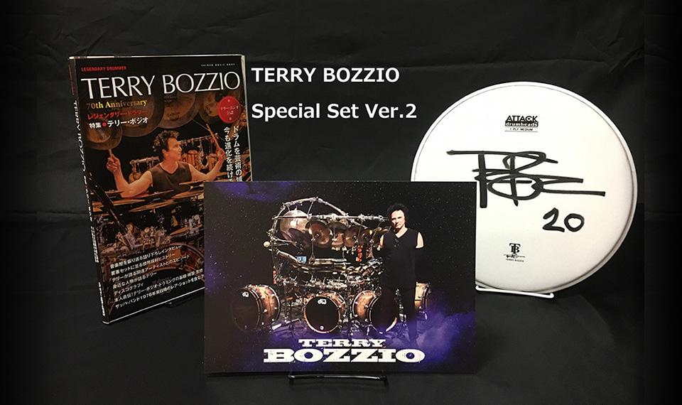 テリー・ボジオが脅威のドラム・ソロ&本人メッセージ動画公開! 公式本発売記念、ドラム・ヘッド+ピクチャーカード+本のスペシャル・セットver.2を緊急追加発売!