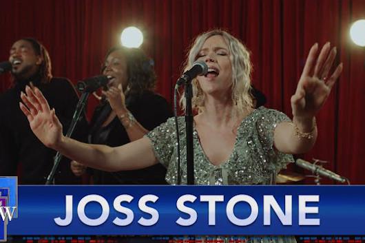 ジョス・ストーン、米TV番組で新曲「Walk With Me」を披露