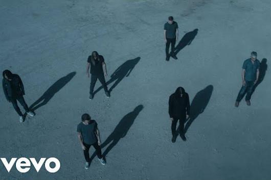 フー・ファイターズ、最新シングル「Waiting On A War」のオフィシャル・ミュージック・ビデオ公開