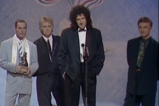フレディ・マーキュリー、クイーンの4人でステージに登場した生前最後の映像