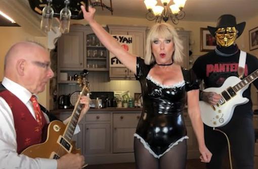キング・クリムゾンのロバート・フリップと妻のトーヤがキンクスの「You Really Got Me」をカヴァー、トーヤは新曲「Zoom Zoom」のMVも公開
