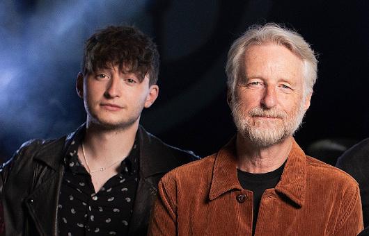 ビリー・ブラッグ、10/8発売・8年振りの新作より新曲「Pass It On」を公開。息子とのツーショットも公開