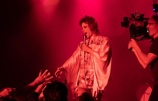 映画『スターダスト』クライマックス・シーンを彩るジギー・スターダストのライヴ・シーンのメイキング写真が解禁!