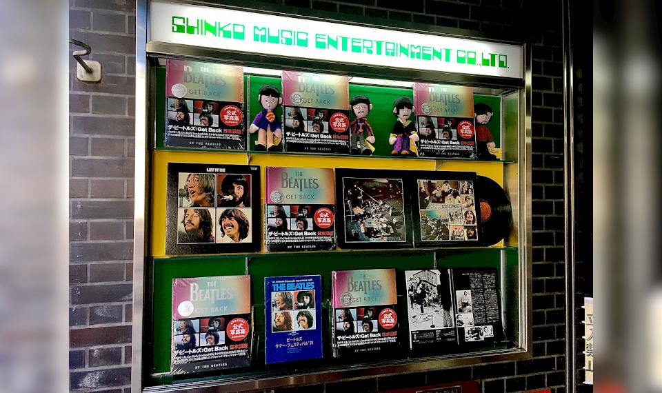 ザ・ビートルズの公式写真集『ザ・ビートルズ:Get Back』の発売を記念し、弊社玄関前にディスプレイを設置。その魅力は世代を超えて輝き続ける