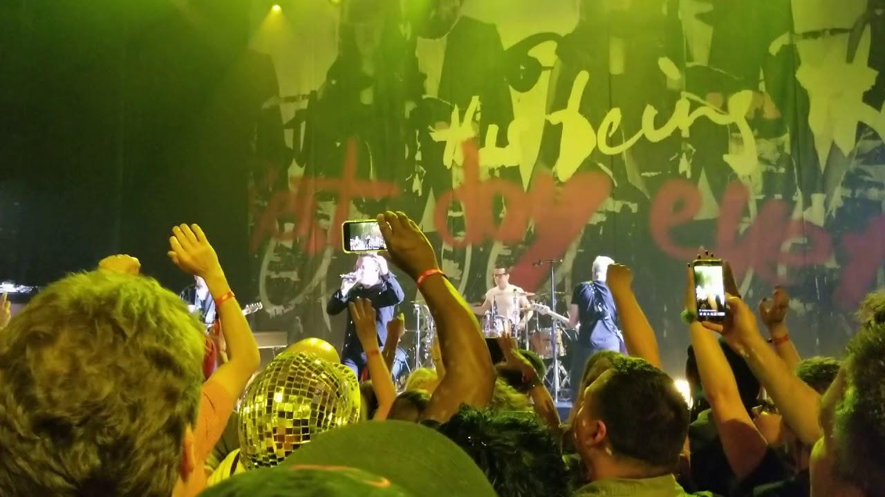 U2がニューヨークのアポロ・シアターで公演